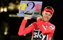 El británico Chris Froome con el título de la Vuelta a España.