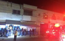 Bomberos controlan incendio en la cárcel Modelo