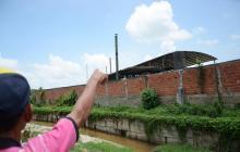 Un habitante del barrio Colombia, que colinda con la planta procesadora, señala una de las calderas.