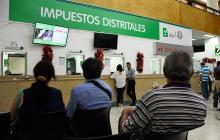 Un grupo de personas espera ser atendido en la oficina de impuestos, ubicada en la Alcaldía de Barranquilla.