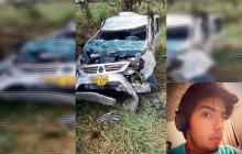 Estado en que quedó el vehículo en el que se movilizaba una familia samaria en carreteras de Bosconia, Cesar. En el recuadro David Eduardo Toro Salas, de 21 años, víctima mortal.