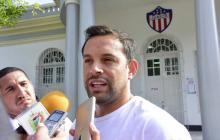 Matías Mier entregando declaraciones a los medios tras salir de la sede administrativa de Junior.