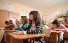 Grupo de jóvenes estudiantes recibiendo clases en una institución.