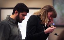 Jeniffer Rood Bedford se seca las lágrimas durante el juicio a Larry Nassar. La acompaña su esposo.