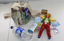 Mochila, agua, chicles, pañuelos, bloqueador solar, gafas, pastillas toalla higiénica, preservativo.