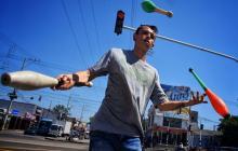 Gino: el malabarista que hace música y manillas en los semáforos