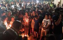 Los vecinos del barrio San José rodean a los policías durante el homenaje a sus compañeros fallecidos.
