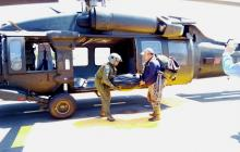 Los cóndores muertos  cuando eran bajados del helicóptero tras haber sido rescatados del páramo.