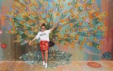 La 'fashion blogger' colombiana Daniela Salcedo posa en un mural en Brasil que tiene un pavo real.