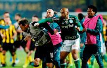 La trompada que el brasileño Felipe Melo le propinó al uruguayo Matías Mier en medio de la trifulca tras el juego entre Peñarol y Palmeiras.