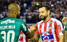 Felipe Melo estrecha la mano de Matías Mier antes de comenzar el juego, en el tradicional saludo de los equipos.