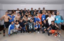 Los jugadores de los Gallos Blancos de Querétaro, entre ellos el barranquillero Alexis Pérez (el primero de izquierda a derecha) celebran en el camerino la clasificación a cuartos de final.