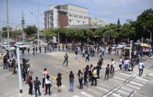 Un grupo de estudiantes bloqueó ayer por unos minutos la carrera 46.