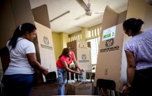 Mujeres alistan este sábado cubículos de votación en Barranquilla.