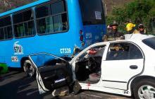 Chocan buseta y automóvil en sector Pozos Colorado: un muerto