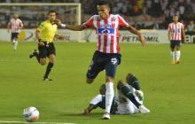 Luis Díaz deja a un jugador del Deportivo Cali en el camino, en el juego del pasado viernes en el 'Metro'.