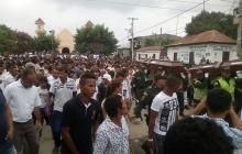 Aspecto de la protesta durante el sepelio de las mujeres.