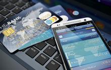 Tarjetas, productos financieros y teléfonos móvil utilizados en transacciones.