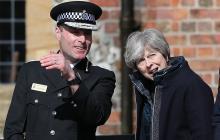 La primera ministra Theresa May habla con el jefe de policía Kier Pritchard.
