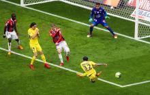 Dani Alves dispara al arco del Niza para marcar uno de los dos goles del PSG. El otro lo marcó Di María.