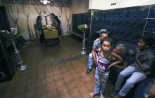 Familiares rodean un ataúd de uno de las 68 personas que murieron este sábado en Valencia, Venezuela.