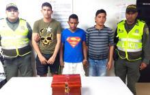 Elimelec Junior Acuña Nieto, Víctor Manuel Martínez Carpintero y Wilmer Junior Torres Palacios fueron mostrados por la Policía. En la foto, con el cofre de las ofrendas que sustrajeron de la parroquia.