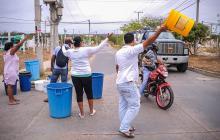 Los residentes tratan de 'cazar' un carrotanque para llevar agua a sus casas.