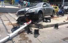 Conductor pierde control del vehículo y se estrella contra semáforo en la calle 79 con 46