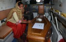 Hallan muerto a bebé secuestrado por un mono en India