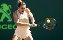 Simona Halep golpeando la pelota de revés.
