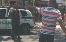 El conductor cuando era capturado por la Policía.
