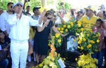 Rafael Santos canta en la tumba de Martín Elías junto a Patricia Acosta y  a los seguidores del cantante.