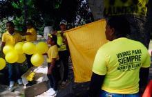 Los seguidores de Martín Elías vestidos de amarillo y con flores del mismo color, que es el característico de los 'Martinistas'.