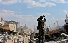 Un soldado sirio inspecciona los restos de un complejo del Centro de Estudios Científicos e Investigaciones en el norte de Damasco, tras los bombardeos occidentales en Siria.