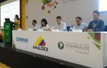 Luis E. Blanco, Olga Lucía Lozano, Javier Díaz Molina, Jairo Parada y Diego Rengifo, durante el encuentro portuario.