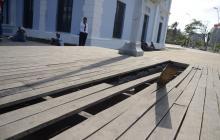 La madera de este sendero peatonal se ha debilitado hasta quebrarse y dejar un hueco en el estructura.