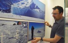 Francesc Bailón ultima detalles de la exposición abierta desde hoy.