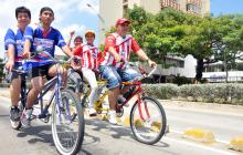 Familias pedalean durante una actividad matutina.