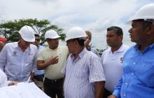 El gobernador Eduardo Verano revisa los planos de la planta de tratamiento de aguas residuales junto al alcalde l municipio, Efraín Bello.