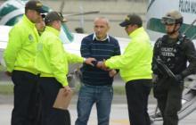 Integrantes de la Policía reciben a 'Marquitos' Figueroa al ser extraditado desde Brasil.