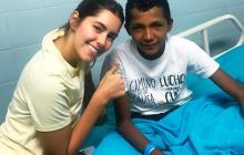 Paulina Vega compartió con el niño en la Clínica de la Costa.