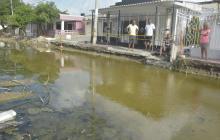 Alcantarillas rebosadas preocupan a vecinos del barrio Hipódromo