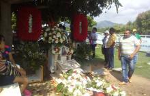 Imagen de la tumba del cantante Diomedes Díaz rodeada de flores en el día de su cumpleaños.