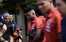Fabra hablando con la prensa en Milanello.