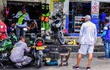 Un mecánico arregla una de las motocicletas en plena vía de la carrera 40 entre calles 44 y 42.