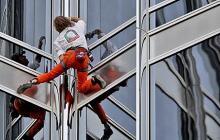 Detienen al 'Spiderman' francés cuando escalaba rascacielos de 123 pisos