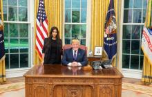 Kim Kardashian posando con Donald Trump en el despacho oval de la Casa Blanca.
