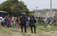 Unidades del Esmad despejan lote invadido en El Edén