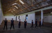 Ibeth (tercera de izquierda a derecha) ensaya junto a su grupo en lo que será la 'Fábrica de la Cultura'.