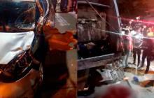 El vehículo que ocasionó el accidente y el camión en el que se desplazaba el herido.
